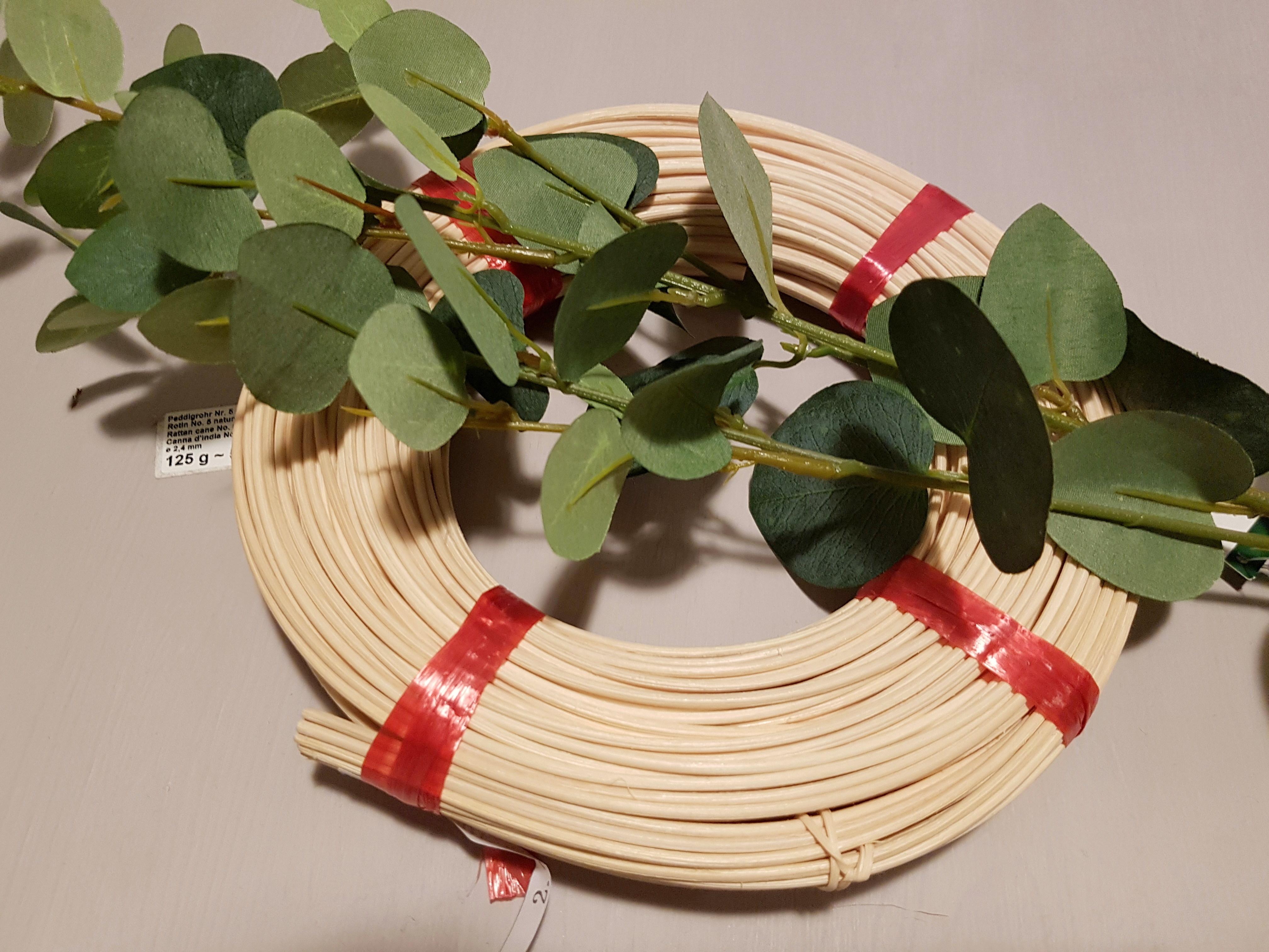 Material für minimalistischer Kranz aus Peddigrohr mit Eukalyptus